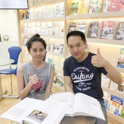 雅思7分的康同學與時代國際老師合照