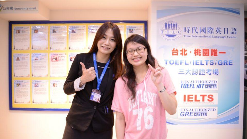 考到雅思7分的韓同學與時代國際雅思補習班顧問合照
