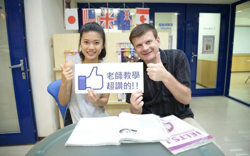 預計去英國念研究所的袁同學考到雅思7分,與時代IELTS老師合照