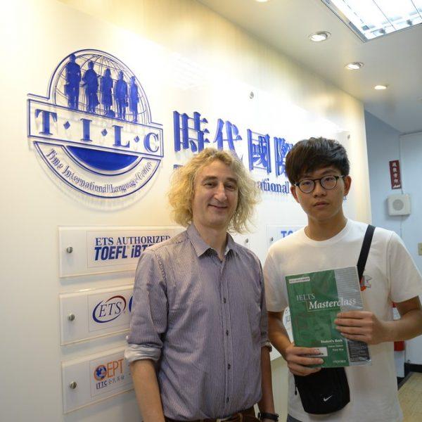 高三考取雅思7.5分的林同學與時代國際外籍老師合照