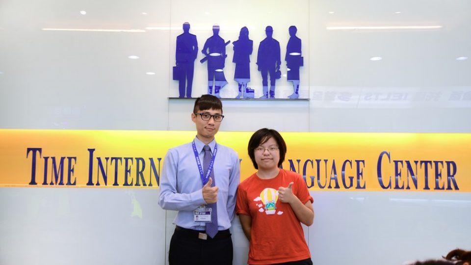 透過時代國際考到雅思7分的劉同學與顧問合照