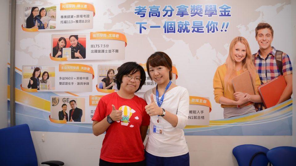 雅思7分的劉同學與時代國際顧問合照