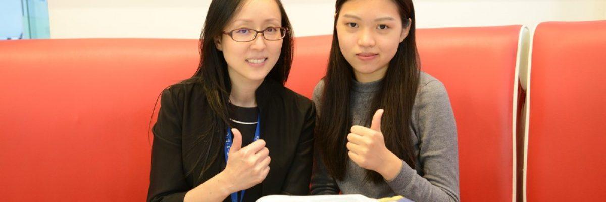 考到IELTS7.5的陳同學與時代國際雅思補習班顧問合照
